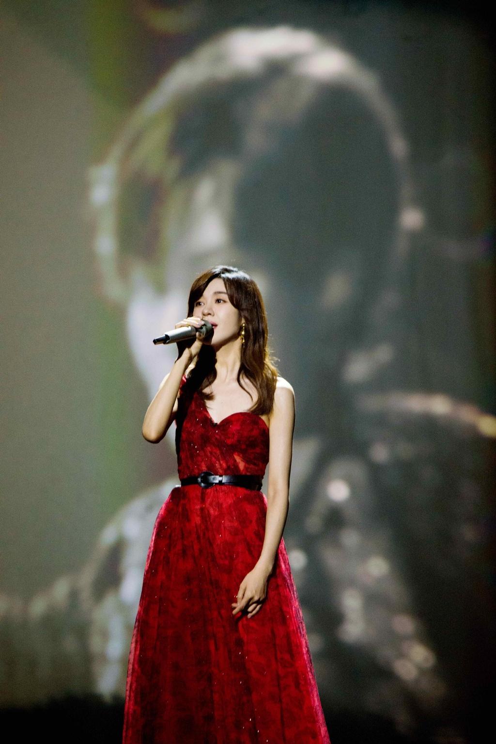 郁可唯斜肩礼裙性感图片 郁可唯唱歌舞台被拍图片