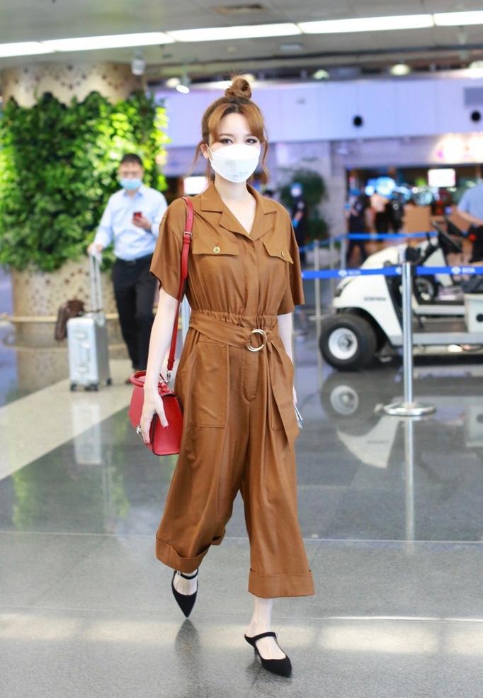 金莎丸子头精细眼妆图片 连体衣魅力时兴机场照